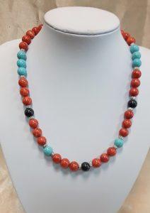 Ogrlica od crvenih tropskih koralja, tirkiza i oniksa.Nautilus nakit
