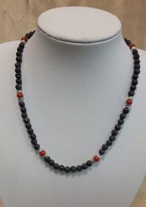 Ogrlica od lava kamena i crvenih tropskih koralja. Nautilus nakit